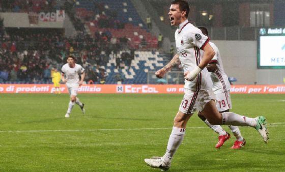 Il difensore del Milan Alessio Romagnoli esulta dopo un gol