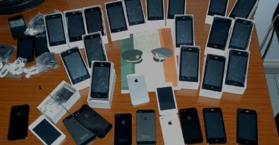 I prodotti Apple tarocchi sequestrati (© Guardia di finanza)