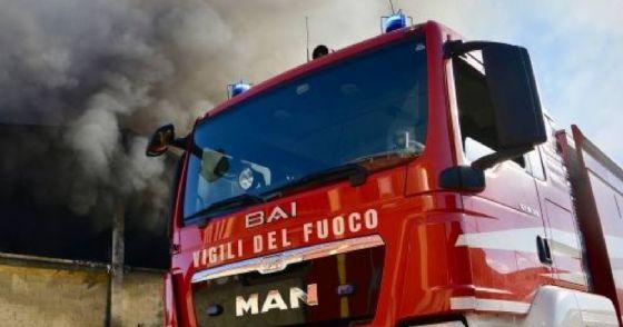 Castellamonte, Vigili del fuoco in azione per due baracche in fiamme