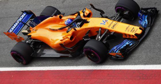 Fernando Alonso al volante della McLaren nella corsia dei box di Barcellona