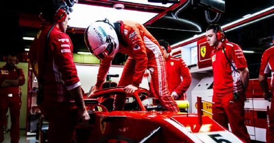 Sebastian Vettel entra nell'abitacolo della Ferrari nel box di Barcellona durante i test
