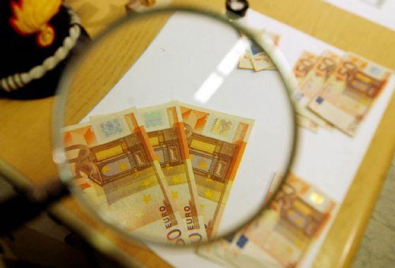 Due giovani denunciati per aver pagato una cena con 50 euro falsi