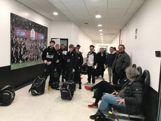 Mister Braghin (primo a destra) ed i bianconeri in visita al centro sportivo della Juve (© Diario di Biella)