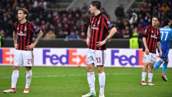 I rossoneri a testa bassa dopo un gol dell'Arsenal