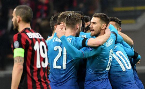 Leonardo Bonucci sfila mestamente accanto ai festeggiamenti dell'Arsenal