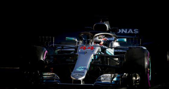 Lewis Hamilton al volante della sua Mercedes durante i test di Barcellona