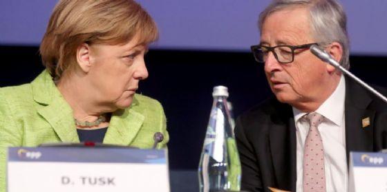 La cancelliera tedesca Angela Merkel e Jean Claude Juncker.