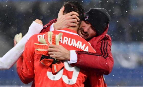 L'abbraccio tra i fratelli Donnarumma dopo il successo ai rigori contro la Lazio in Coppa Italia