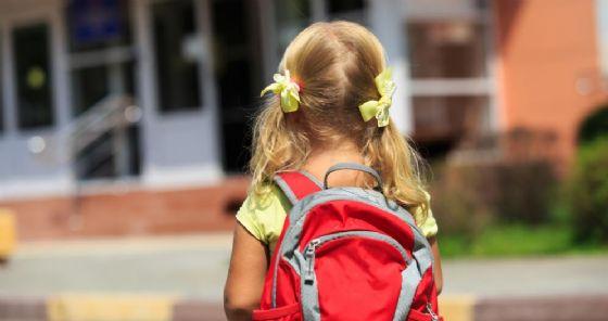 Bambina davanti alla scuola
