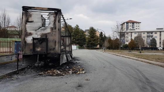 La carcassa del tir bruciata in mezzo alla strada