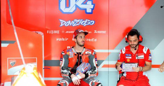 Andrea Dovizioso nei box della Ducati