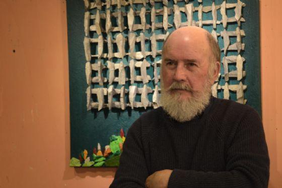 L'Artista Enzo Valentinuz e una sua opera esposta alla mostra (© Regione Friuli-Venezia Giulia)