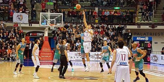 L'Alma vittoriosa con Ferrara torna da sola in testa (© FB Kleb Basket Ferrara)