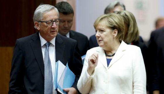 Il presidente della Commissione Ue Jean Claude Juncker e la cancelliera Angela Merkel