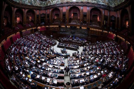 Camere e Senato, il blob della prima giornata al buio