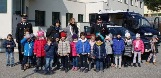 """I bambini dell' """"Istituto Ambrosetti"""" di Sordevolo nella caserma dei carabinieri"""