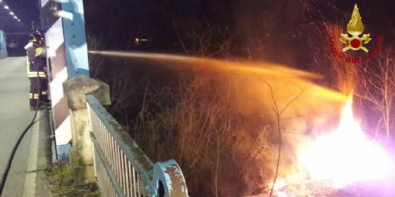 Vigili del fuoco impegnati a domare l'incendio sviluppatosi sull'argine del fiume Meduna