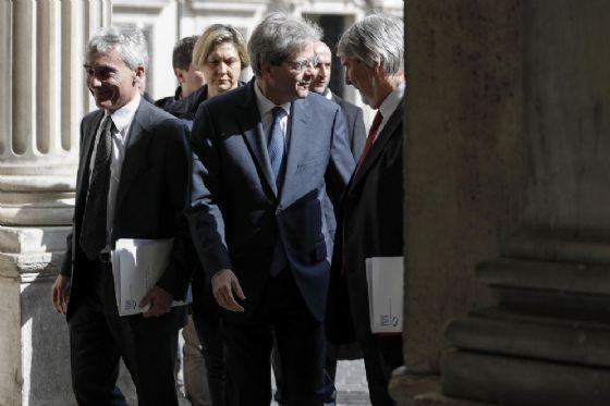 Paolo Gentiloni con Tito Boeri e Giuliano Poletti alla conferenza sul Reddito di Inclusione (Rei)