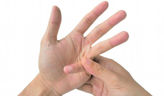 Mani e dita che scrocchiano