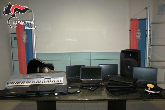Alcuni dei computer portatili sequestrati dai carabinieri ai due malviventi