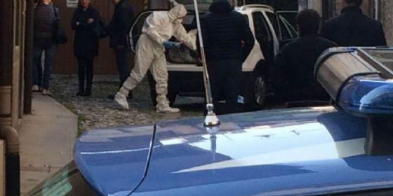 Uomo trovato morto in casa: arrestata la moglie