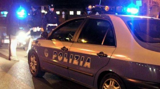 Uno dei rapinatori è stato fermato dagli agenti di polizia