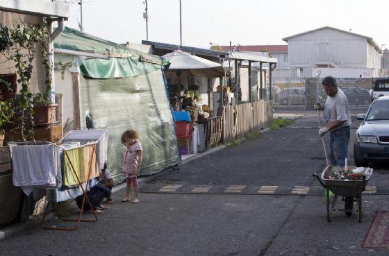 Sassi contro polizia nel campo nomadi di via Gordiani. Un arresto