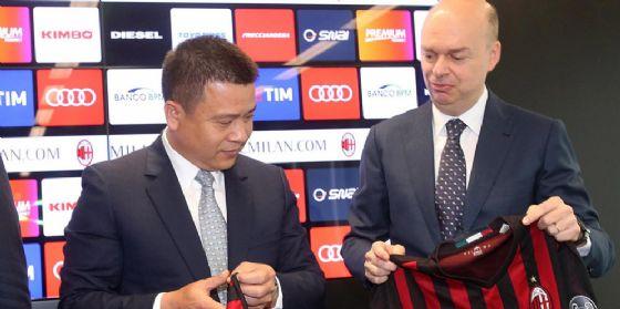Il presidente del Milan Yonghong Li con l'ad Marco Fassone