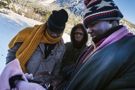 Migranti cercando di valicare il confine tra Italia e Francia via Bardonecchia.