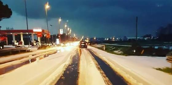 Maltempo, violenta grandinata nel Pordenonese: strade imbiancate come d'inverno