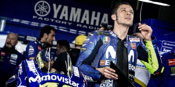 Valentino Rossi nel box della Yamaha durante le prove libere del Gran Premio d'Argentina di MotoGP