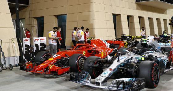 La Mercedes di Valtteri Bottas a fianco della Ferrari di Kimi Raikkonen nel parco chiuso in Bahrein