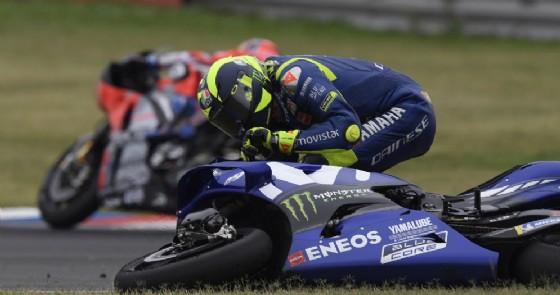 Valentino Rossi raccoglie la sua Yamaha dopo il contatto con Marc Marquez nel GP d'Argentina di MotoGP