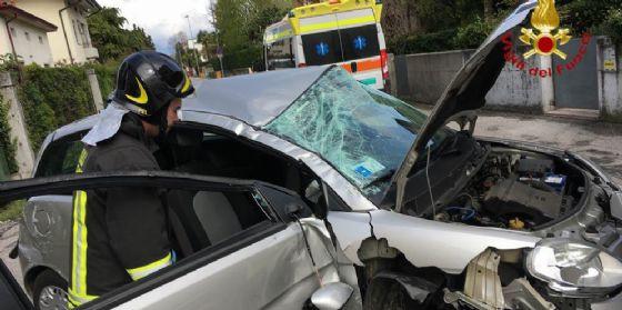 Perde il controllo del veicolo e carambola in mezzo alla strada (© Vigili del Fuoco Pordenone)