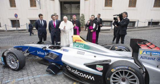 La delegazione e l'auto di Formula E in visita in Vaticano da Papa Francesco