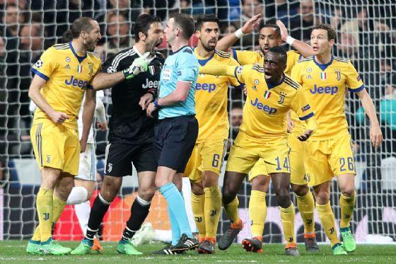 La rabbia della Juventus dopo il calcio di rigore assegnato al Real Madrid