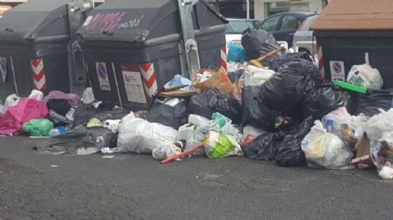 Cumuli di spazzatura a Tor Bella Monaca, presso il centro commerciale Le Torri