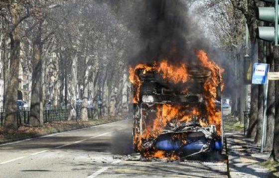 Un autobus è andato in fiamme questa mattina a Roma