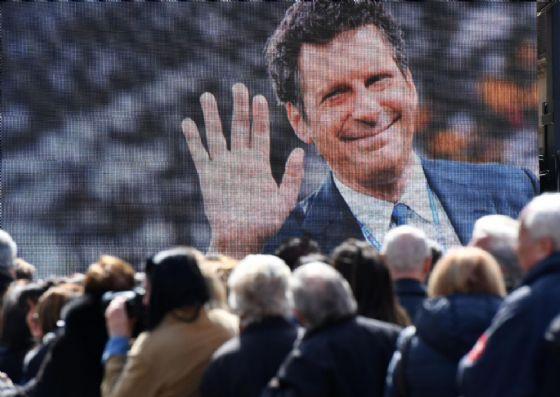 Folla all'esterno della Chiesa degli Artisti di piazza del Popolo dove si sono svolti i funerali di Fabrizio Frizzi, a Roma il 28 marzo