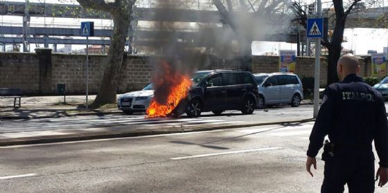 L'urto e poi le fiamme: conducente tratta in salvo