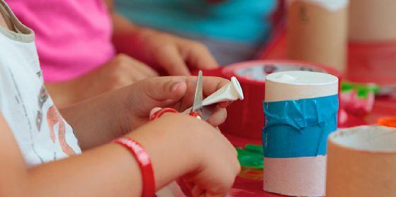 Famiglie in laboratorio di domenica per imparare divertendosi! (© Science Centre Immaginario Scientifico)