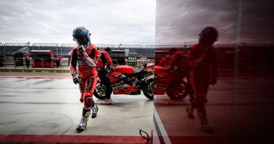 Marco Melandri entra nei box della Ducati durante le prove libere ad Aragon