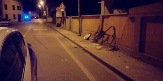 Si schianta contro un muro e abbandona l'auto ruote all'aria