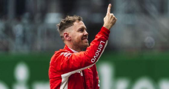 Il pilota della Ferrari Sebastian Vettel esulta per la pole position nel GP di Cina di F1