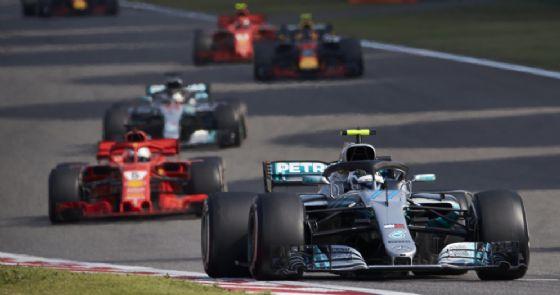 La Mercedes di Valtteri Bottas davanti alla Ferrari di Sebastian Vettel e all'altra Mercedes di Lewis Hamilton durante il GP di Cina di F1