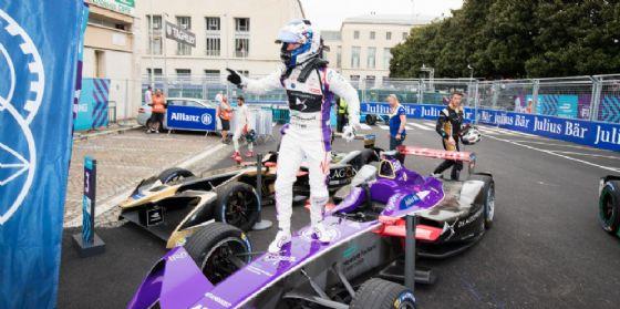 Sam Bird festeggia la vittoria nell'ePrix di Roma di Formula E salendo sulla sua Ds Virgin