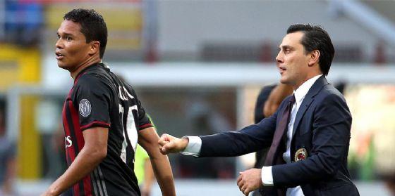 Carlos Bacca e Vincenzo Montella in un'istantanea del Milan versione 2016-2017