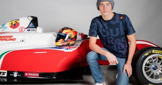 Jack Doohan con la sua monoposto di Formula 4