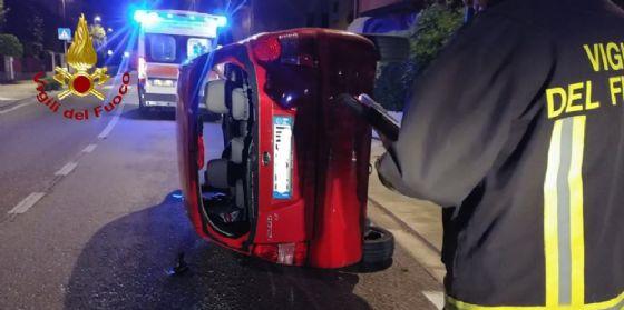 Incidente d'auto nella notte, utilitaria si ribalta: un ferito (© Vigili del Fuoco Pordenone)