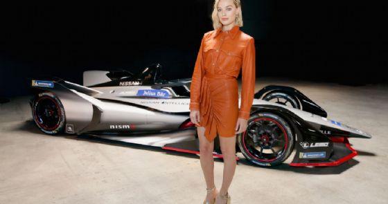L'attrice Margot Robbie con la monoposto Nissan di Formula E